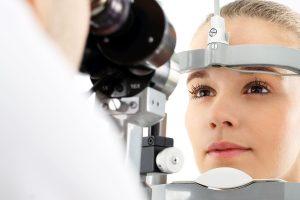 Badanie wzroku.Pacjentka podczas badanie wzroku w klinice okulistycznej